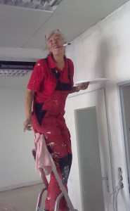 """Eine Teilnehmerin des """"Tapezier-Workshops"""" bei der Arbeit"""